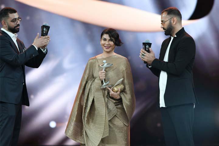Nabila receiving award at Lux Style Awards 2019